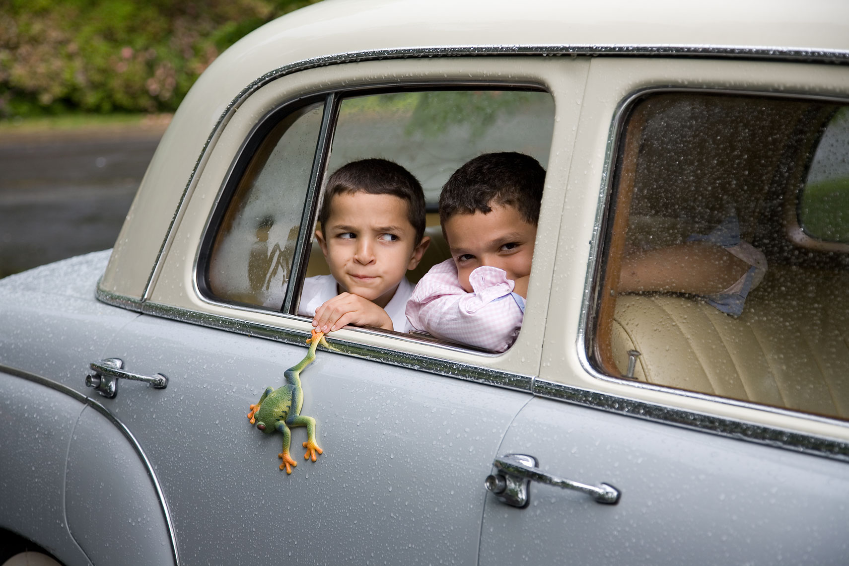Boys_in_car_frog_7882